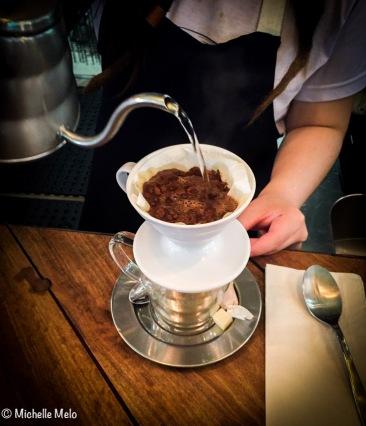 Cafezinho coado na mesa